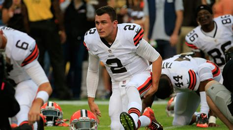 johnny manziel bench press johnny manziel struggles gives middle finger to redskins