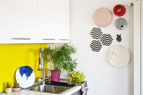 decorare una parete come decorare una parete con piatti e ceramiche