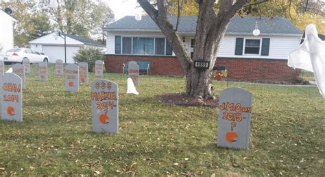 Yard House Cleveland by Cleveland Fan Built Cemetery In Yard For Every