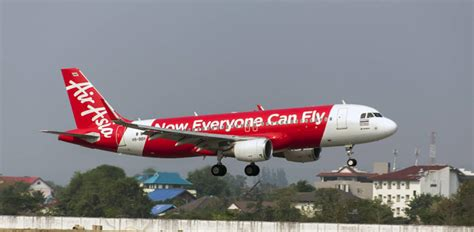 airasia emergency descent australian airasia flight plunges 22 000 feet due to cabin