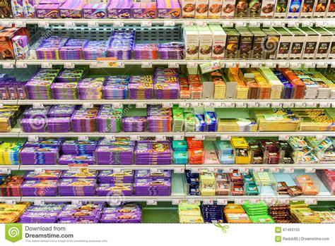 scaffale supermercato dolci cioccolato da vendere sullo scaffale