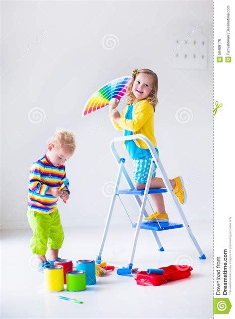 i bambini che dipingono le pareti a casa ritoccano