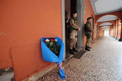 consolato francese a bologna parigi sotto attacco fiori davanti al consolato francese