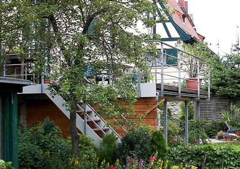 terrasse auf stelzen mit der neuen terrasse den garten aufwerten
