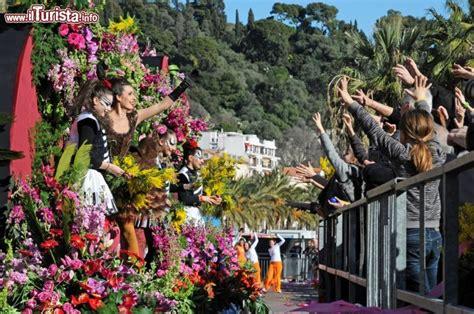 battaglia dei fiori una battaglia dei fiori durante il carnevale di nizza