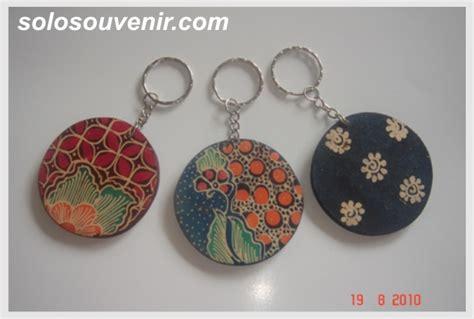 S2r Souvenir Ganci Baju souvenir pernikahan gantungan kunci batik lukis bulat grosir souvenir pernikahan dan busana