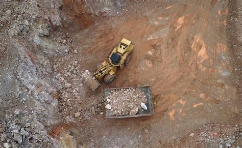 dev kaya kamyonunu kadin operatoer kullaniyor