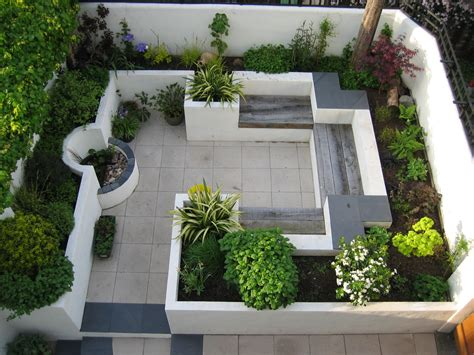 Small Courtyard Garden Design Ideas This Modern Courtyard Garden Makes Use Of A Small Space With Built In Seating Amongst The