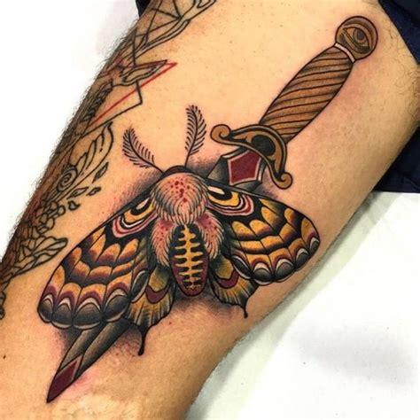 dolch motte oberschenkel tattoo von blessed tattoo