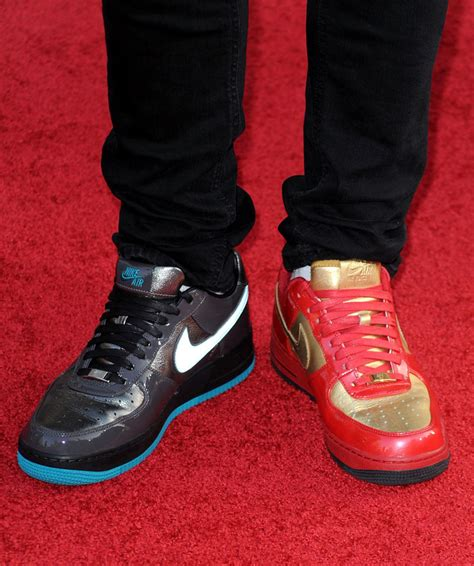 wearing shoes justin theroux sneakers actor attends iron 2