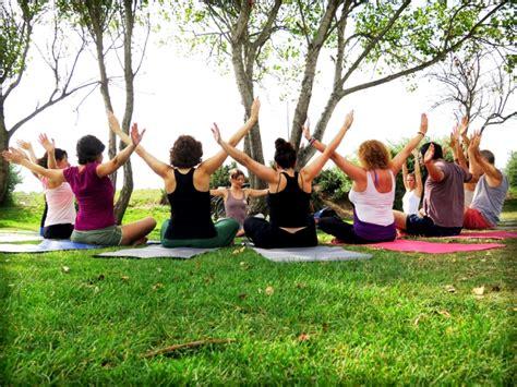 imagenes de yoga al aire libre clase abierta de yoga al aire libre diario noticias de