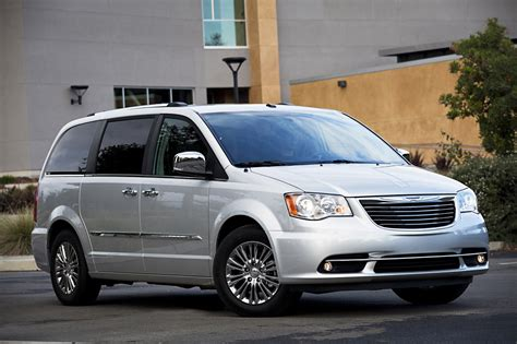 2011 chrysler town country photo gallery autoblog