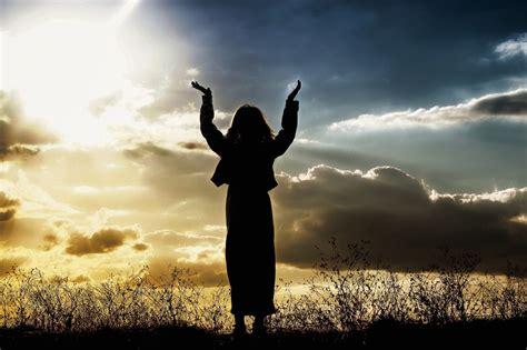 imagenes mujeres orando foto gratis mujer orando creyendo dios imagen gratis