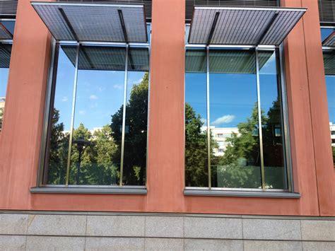 spiegelfolie fenster innen sonnenschutzfolien beschriften drucken bauen werben