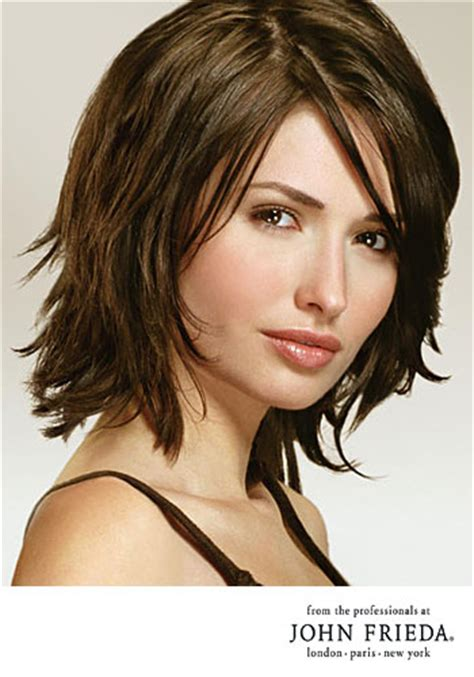 just above the shoulder haircuts with layers fransiger bob im sleek look mittellang frisuren bilder