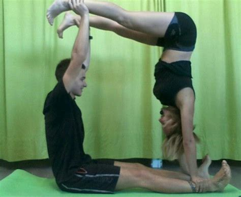 imagenes de parejas haciendo yoga yoga pareja corpore sano pinterest yoga