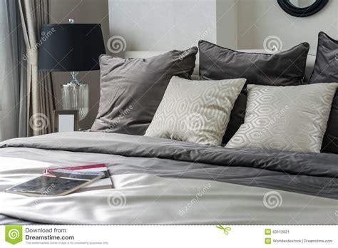 sul letto cuscini bianchi e grigi sul letto immagine stock