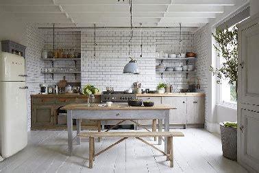 rev黎ement sol cuisine cuisine grise ambiance maison cagne avec carrelage blanc