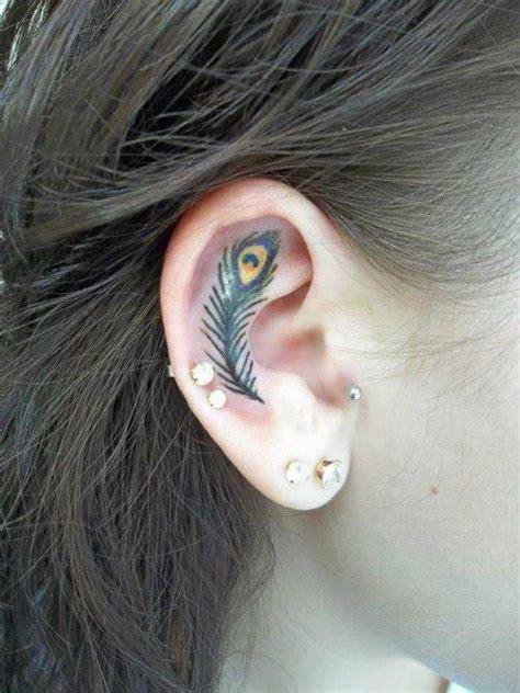 tatouage plume dans l oreille inkage