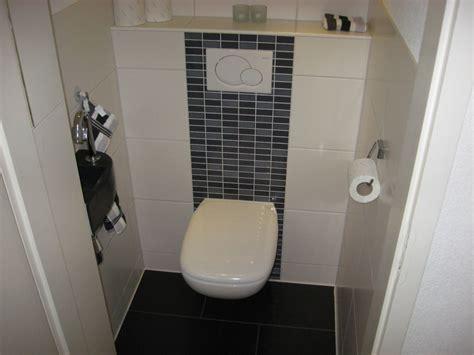 toilet tegel op tegel baan mozaiek op achterwand toilet tegel badkamer