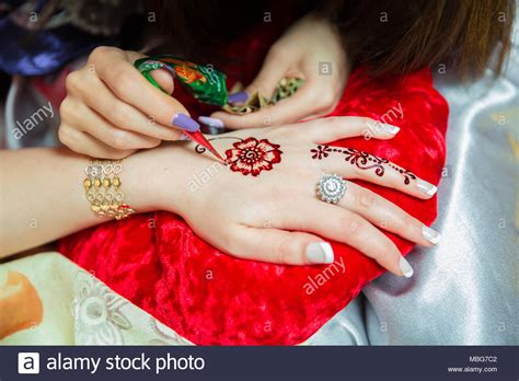process of applying henna tattoo mehendi on the henna stock photos henna stock images alamy