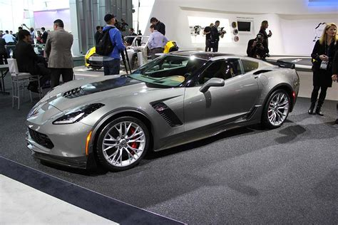 2015 corvette colors corvette to feature two new colors for 2015 corvette