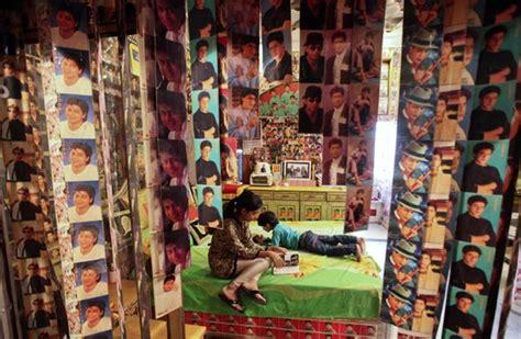 shahrukh khan room pix is this shah rukh khan s fan rediff