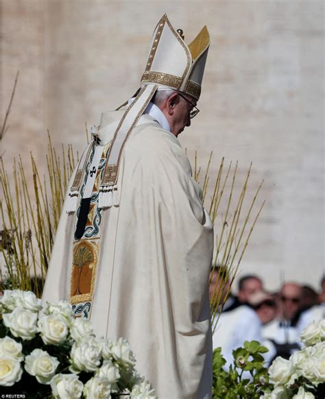 easter sunday mass pope francis holds easter sunday mass with tens of