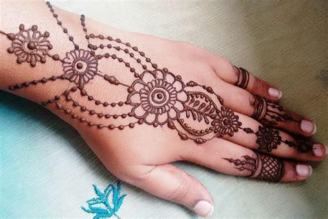 henna tattoo adalah gambar henna di tangan simple dan mudah dibuat