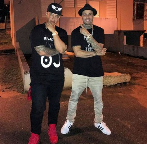 nicky jam outfits nicky jam y daddy yankee comparten en barrio donde se criaron