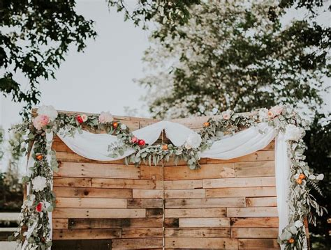 Wedding Backdrop Wood by Horizontal Wood Backdrop And Floral Garland For Wedding
