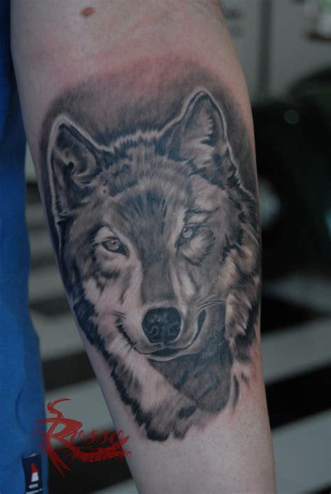 tatuaggio interno avambraccio lupo realistico tatuaggi biomeccanici biorganici e