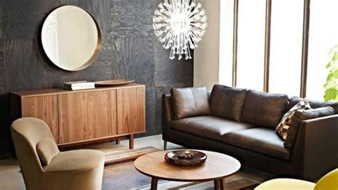 braunes wohnzimmer rundes spiegel braunes sofa und gro 223 e fenster im