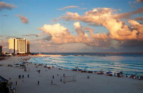 jugando futbol en cancun