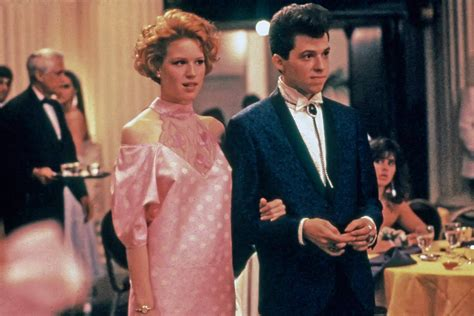 pretty in pink molly ringwald actually hated her prom dress in pretty in