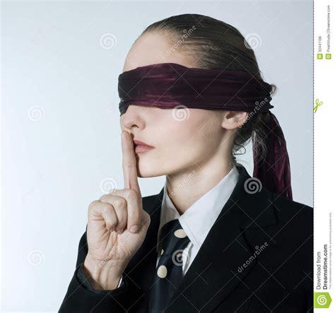 imagenes ojos vendados silencio con los ojos vendados de la mujer de negocios