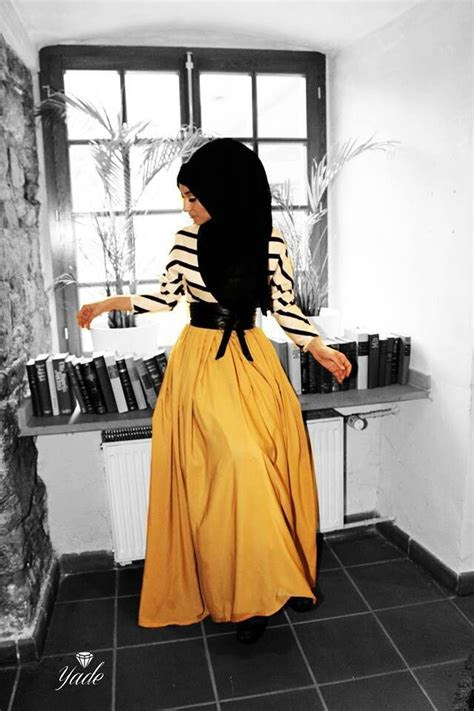 dress stripe punbol hitam style dengan rok kuning emas yang di padu padankan