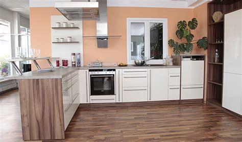 winkelküche einbauküchen wohnzimmer tapeten rot