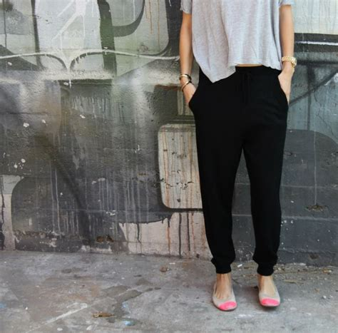 Fungsi Celana Jogger bukan lagi rok mini atau 6 bawahan sopan semacam inilah yang justru membuatmu makin