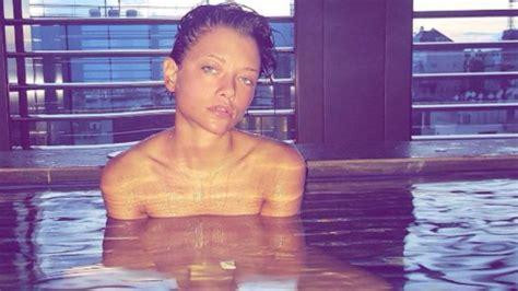 nuda nella vasca provvedi nuda in vasca relax aspettando corona