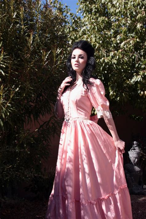 Anting Vintage Bohemian Pink 70s gunne sax mcclintock coral pink vintage wedding dress with pearl and lace detail