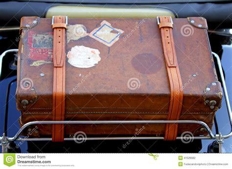 galerie porte bagage voiture valise dans le porte bagages de la voiture de vintage