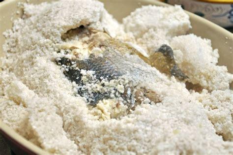 come cucinare la spigola al sale branzino al sale la ricetta per fare la spigola in crosta