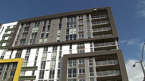 Broadway Apartments Eugene Oregon Bottles Thrown At Investigating S Deadly Jump