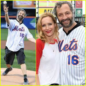 judd apatow pitch judd apatow throws out the first pitch at mets vs yankees