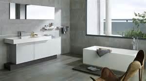salle de bain sol noir mur gris chaios