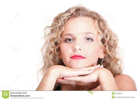 Blont Hår by L 229 Ngt Blont Lockigt H 229 R Av Den Unga Attraktiva Kvinnan
