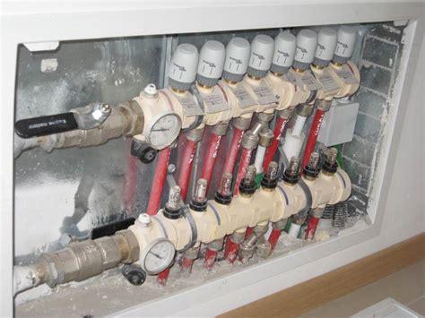 collettore riscaldamento a pavimento foto collettore impianto di riscaldamento a pavimento di