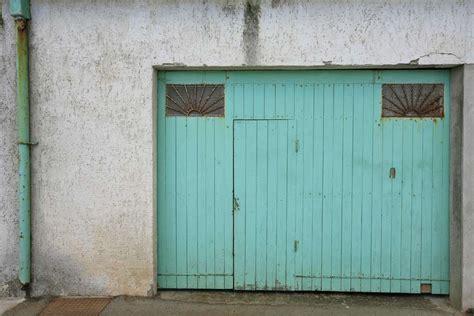 installer une porte de garage sectionnelle avec portillon