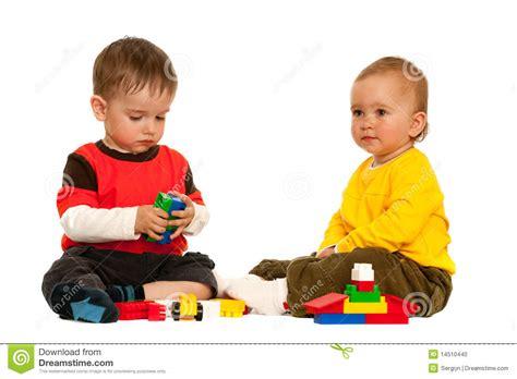 imagenes de dos niños jugando futbol jugando con los bloques a dos ni 241 os foto de archivo